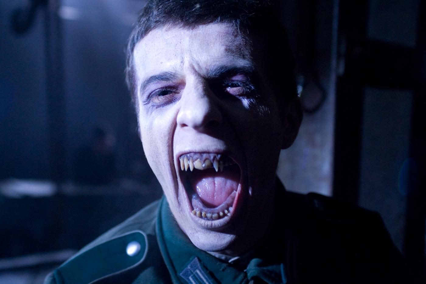 BloodRayne 3 jeden z nazistowskich wampirów prezentujący ostre uzębienie