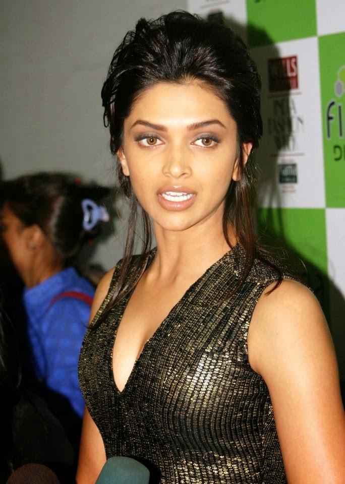 Deepika Padukone hottest tight cleavge flaunting at night awards pics