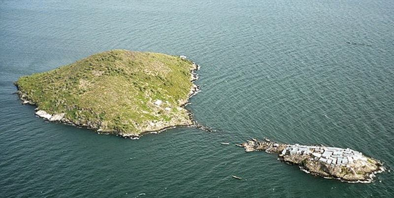 Migingo Island (R) on Lake Victoria that Uganda and Kenya claim ownership