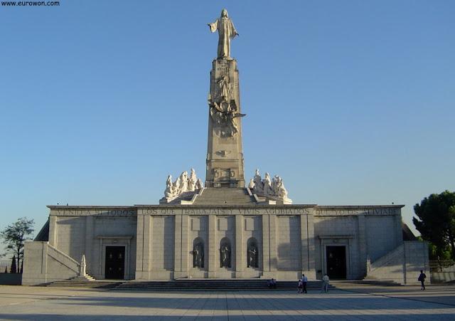 Monumento al Sagrado Corazón de Jesús y cripta
