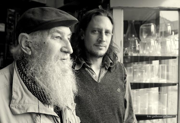 padre e hijo Petroff en su negocio en la zona del Mercado Norte