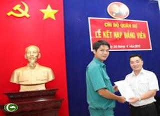 Đồng chí Lê Trương Hải Hiếu trao quyết định cho đồng chí Trần Hoài Thanh
