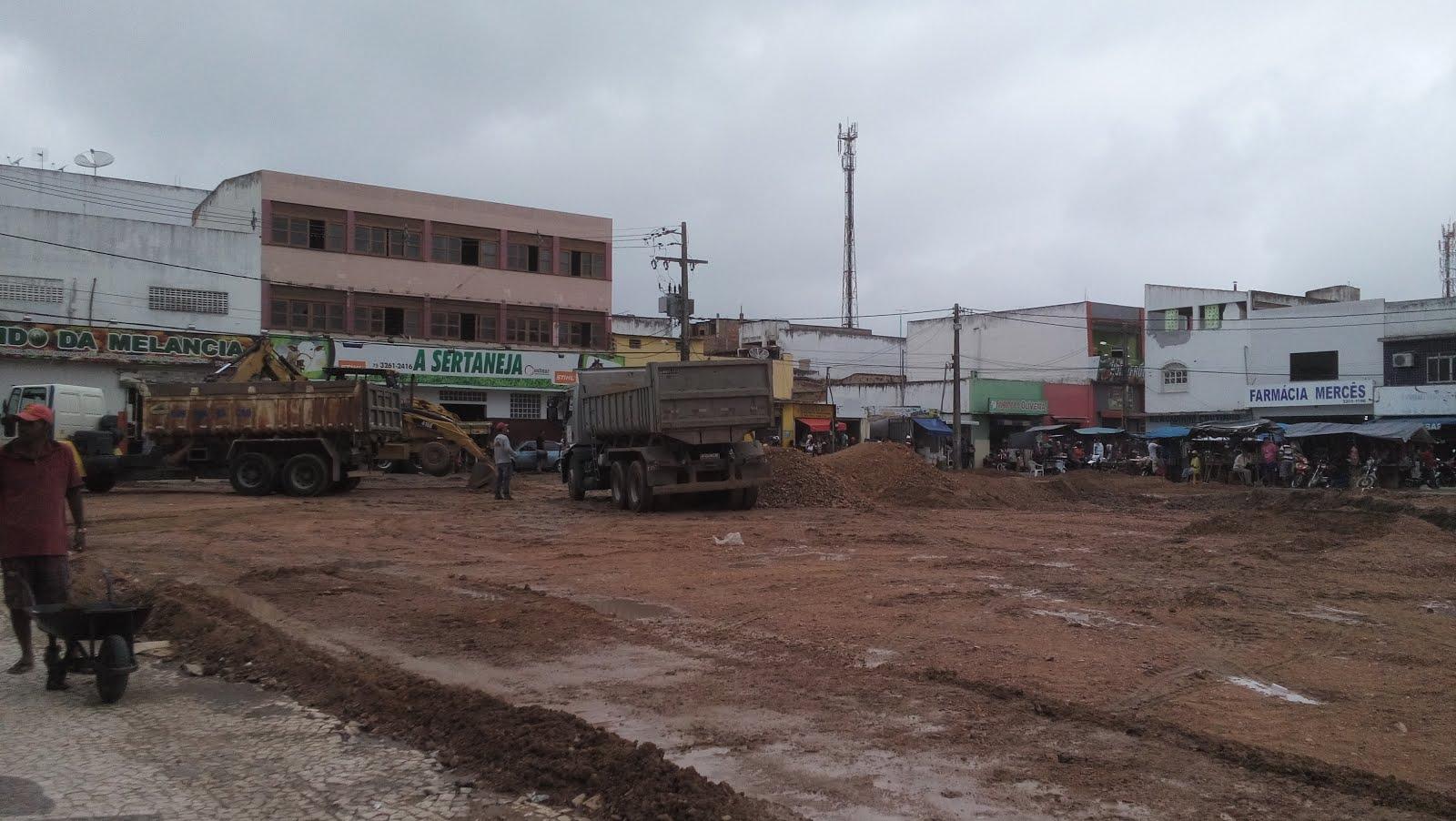 Serrinha:Secretaria de Obras esta limpa limpando a área do mercado de comida