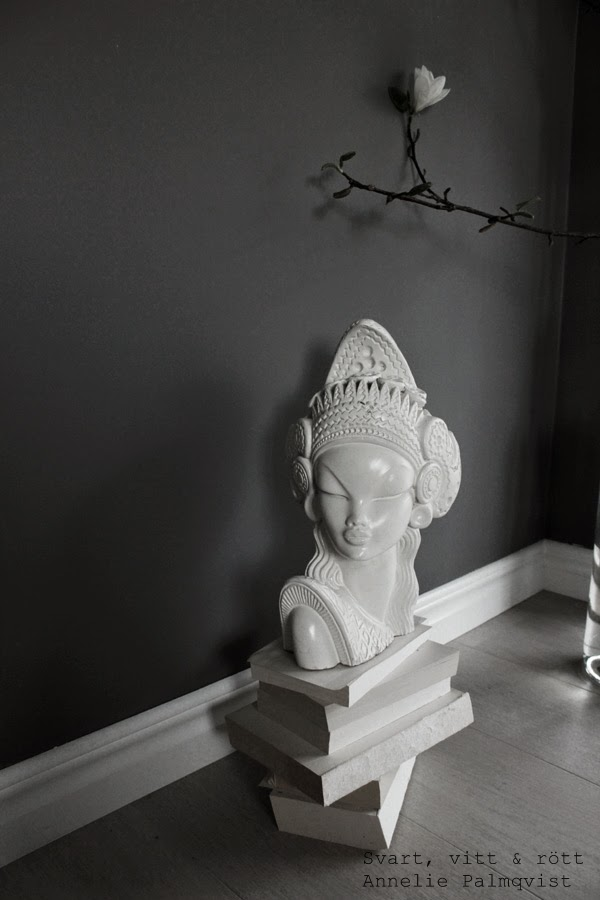 skulptur, kvinna skulptur, böcker, inredning, inspiration, stilleben, stor vas, flaska som vas, gråmålade väggar,