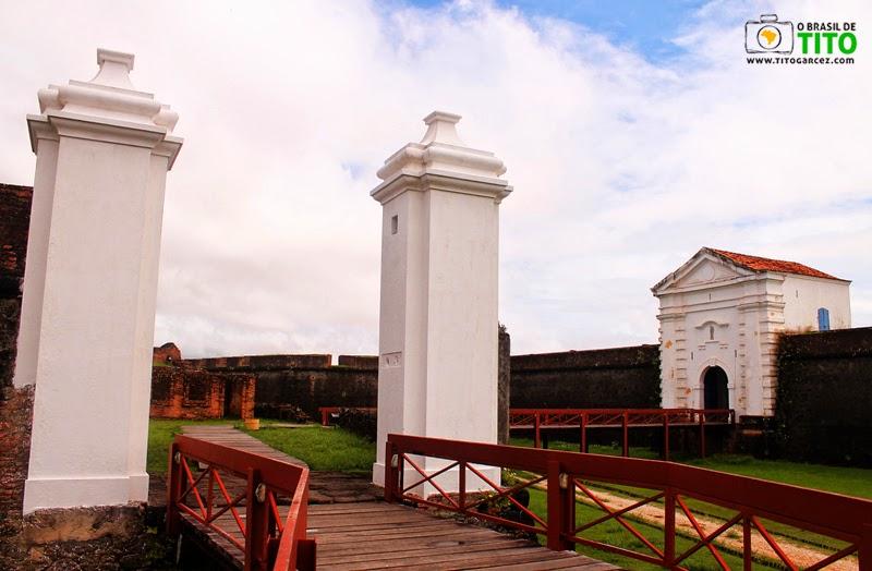 Passarelas, revelim e entrada da Fortaleza de São José de Macapá, no Amapá