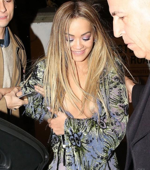 El pezón de Rita Ora - FARANDULA INTERNACIONAL - PAREJAS DISPAREJAS