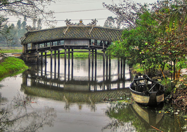 Thanh Toan tile-roofed bridge
