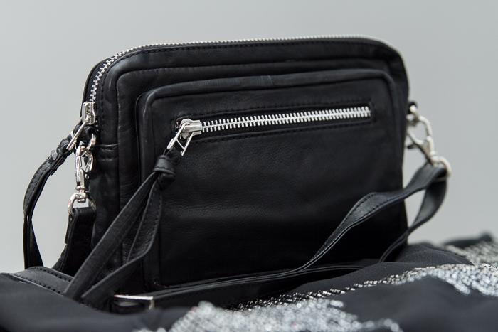 Nuevas compras bolso bandolera de cuero negro con cremalleras y mono con lentejuelas de Selected