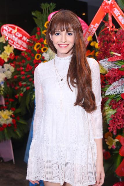 Người mẫu An Tây hướng đến phong cách kín đáo với đầm ren dài tay.