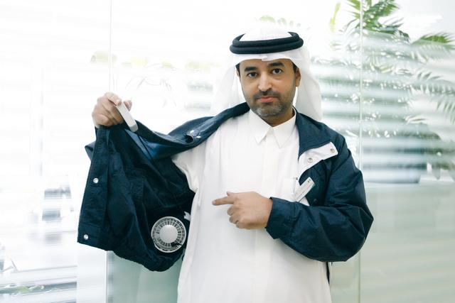 الامارات توزع علي موظفيها ملابس مكيفة