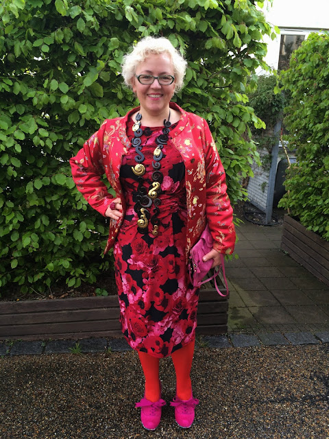 Kaffesoester in red and pink cocktail dress and brocade jacket