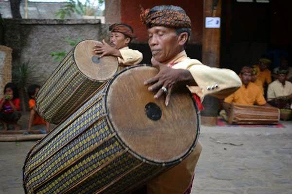 kesenian lombok, tarian khas lombok, dusun sade lombok, dusun sade rembitan, desa sade rembitan, desa sasak, suku sasak, wisata budaya di lombok, wisata lombok