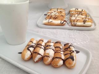 Bastoncitos de nata con sirope de chocolate