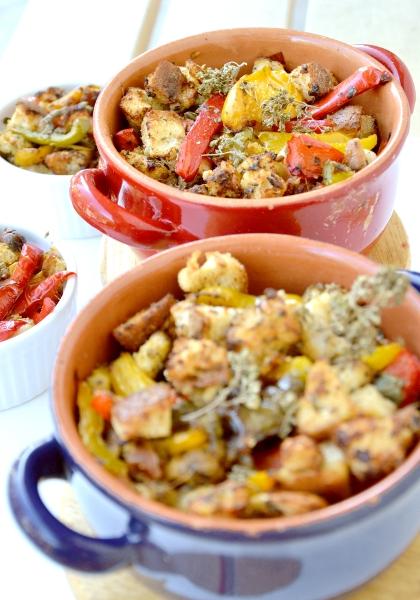 peperoni al forno con capperi, olive nere, pane e mandorle