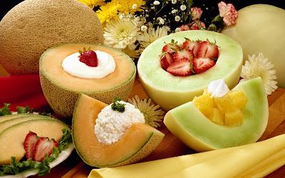 Rico helado sobre frutas