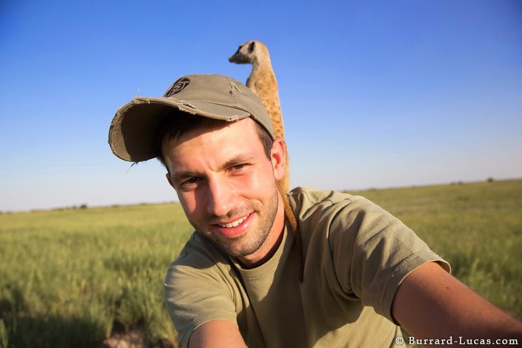 selfie con suricata en la espalda