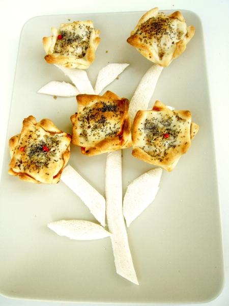 salatini di pasta brisè con cubetti di prosciutto cotto e salsa di pomodoro e origano