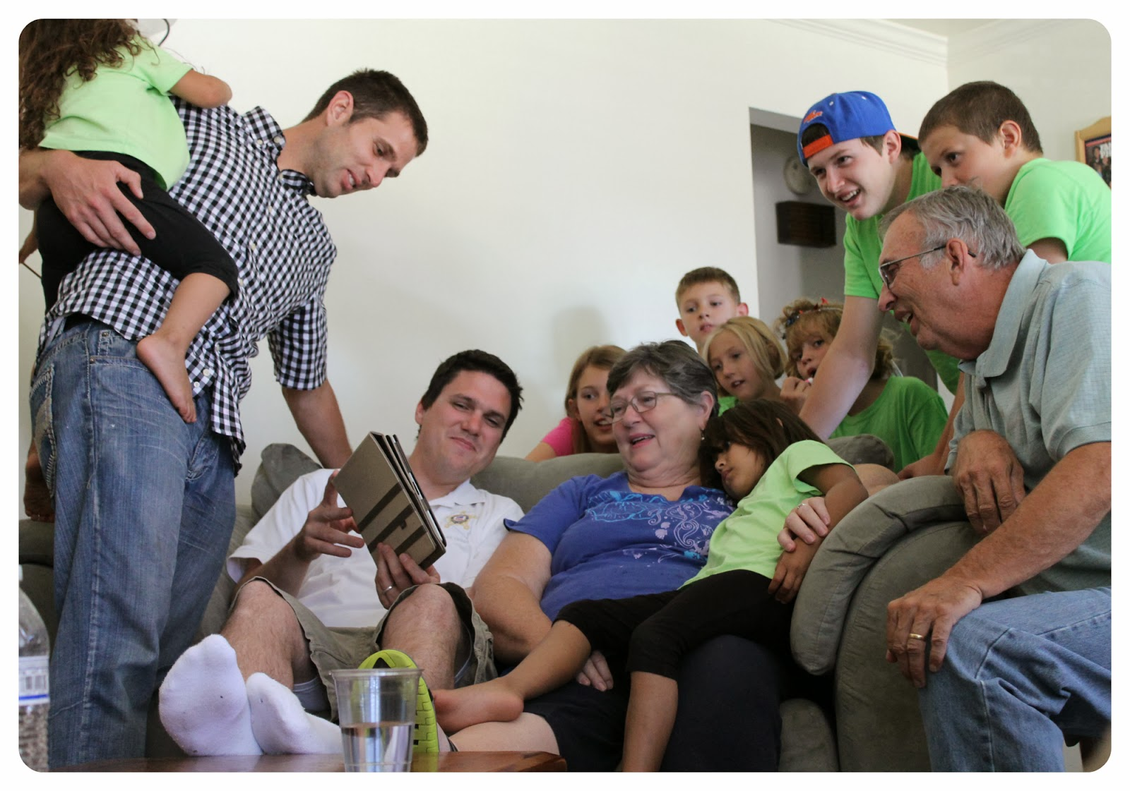 meaningful photos, how to take meaningful photos, family enjoying a funny video together