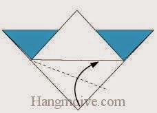 Bước 3: Gấp chéo lớp giấy dưới cùng theo chiều từ dưới lên