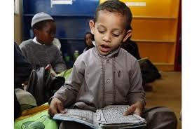 anak laki-laki muslim membaca alqur'an