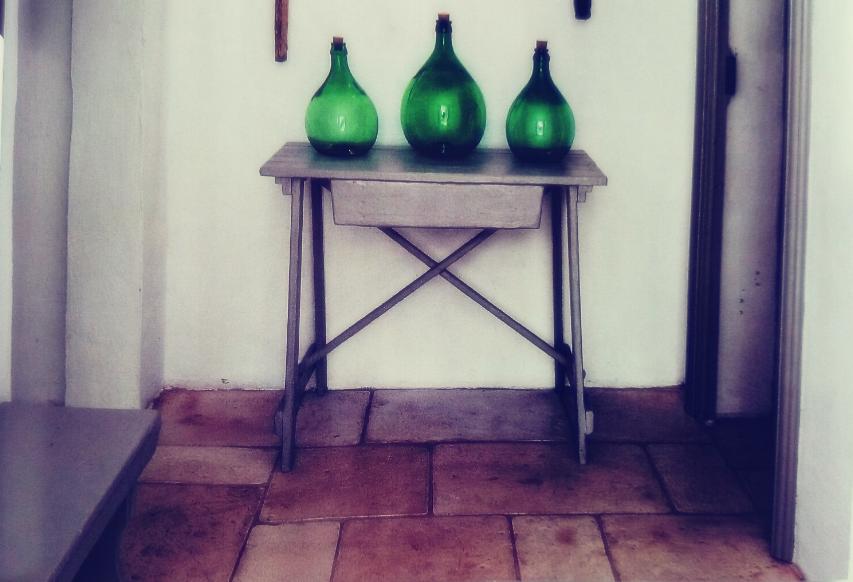 Zielone butle na oryginalnym stoliku