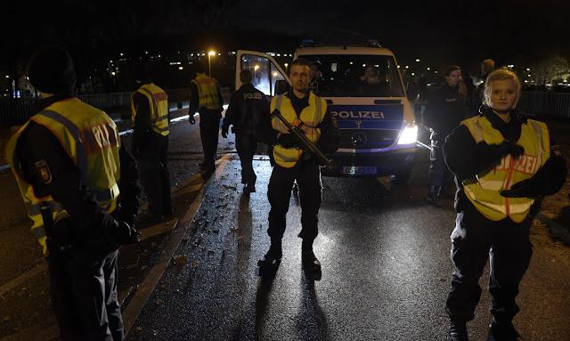 Foto de Polícias junto ao estádio de Hanôver - Foto - ODD ANDERSEN/AFP