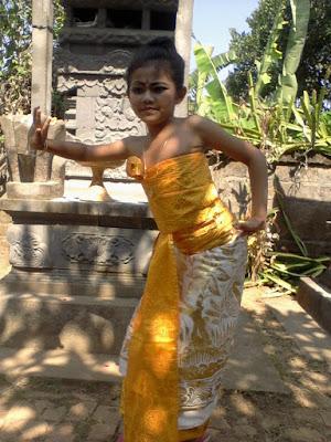 Photo Narsis Sebelum Menari Rejang di Dusun Beneng