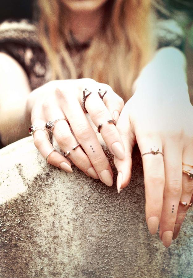 chica con los dedos tatuados 11