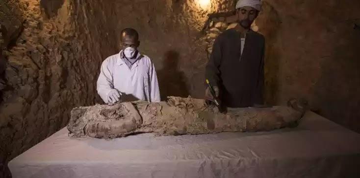 Δέος από τα ευρήματα στην Αίγυπτο: Αρχαιολόγοι ανακάλυψαν μούμια 3.500 ετών σε ανεξερεύνητο τάφο στο Λούξορ