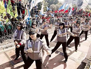 Polis Wanita Indonesia Menari Gangnam Style Bagi Tenangkan Penunjuk Perasaan