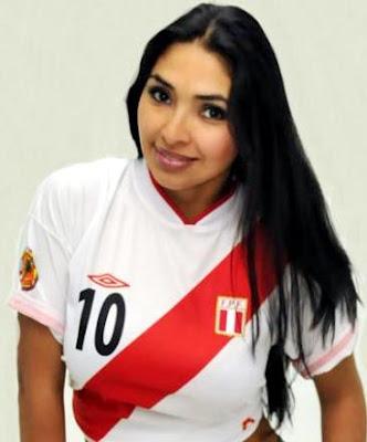 Azucena del Río con la camiseta peruana