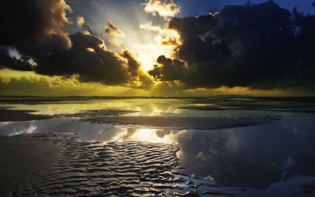 Sunrise dan lorek-lorek di atas pasir di pantai Kuala Ibai