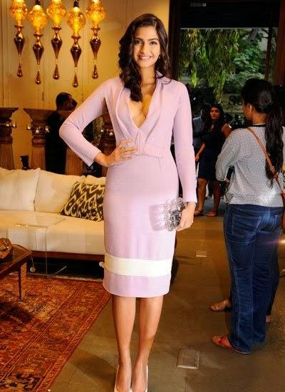 sonam-kapoor-in-extemely-revealing-dress-3