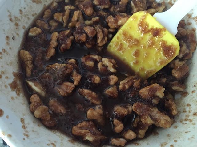 Tarta de calabaza, preparando cobertura de nueces, azúcar moreno y mantequilla.