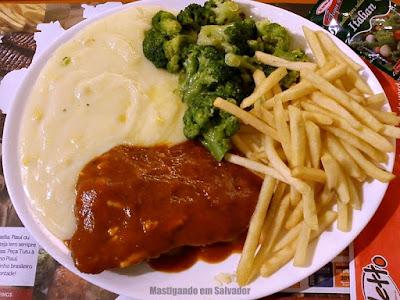Griletto Grelhados e Parmegianas: Parmegiana de Carne com Creme de Milho, Batatas Fritas e Brócolis