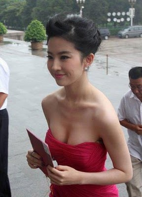 liu yifei sexy cleavage photo 01
