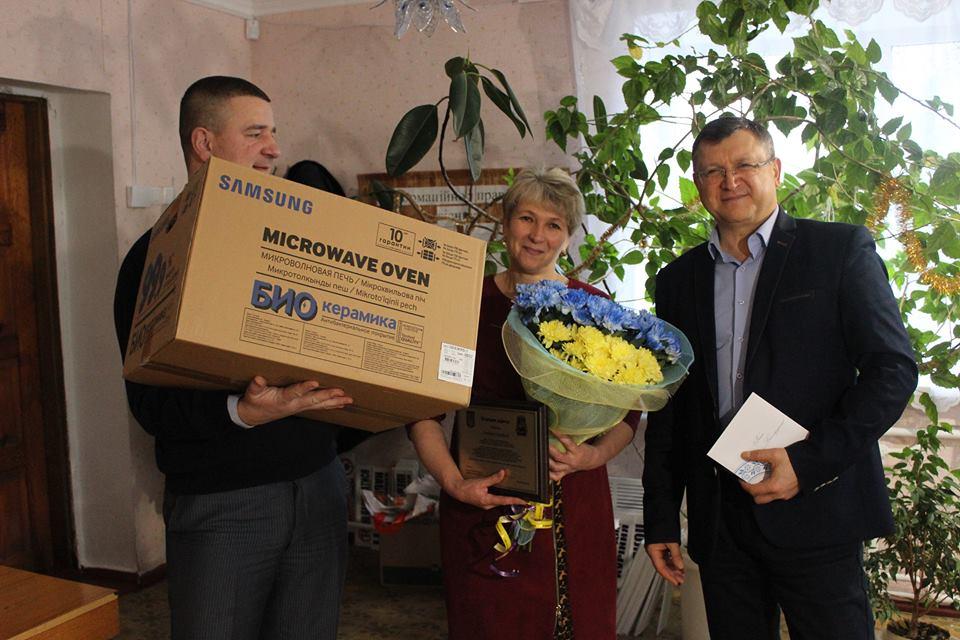 Складнощі держслужби: голова Згурівської РДА із заступником розвозять подарунки від Москаленка