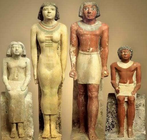 تمثال مجمع لأسرة فرعونية من الحجر الجيرى الملون