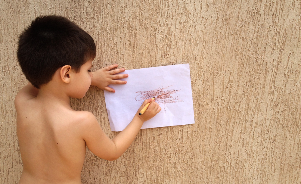 Foto do Miguel, 4 anos, brincando de desenhar texturas