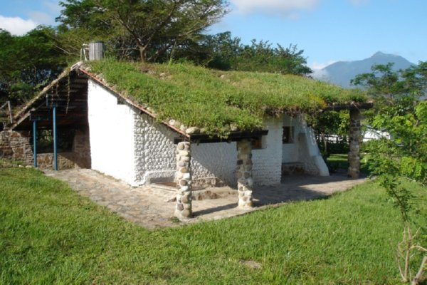 Amazing recycled products soda bottle houses for Techos de casas en honduras