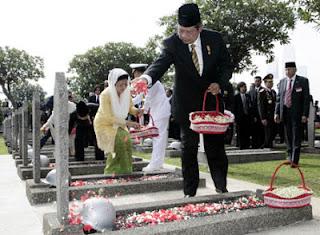 tabur bunga di kuburan