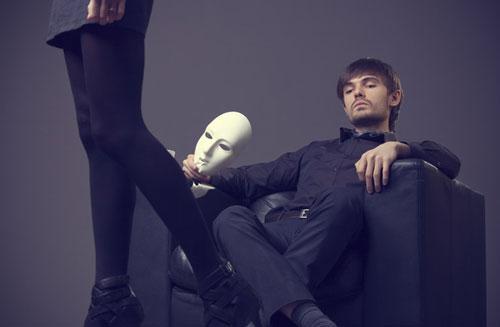 لماذا يتغير الرجال بعد الزواج ؟! - رجل يلبس يرتدى قناع ماسك - man wearing a mask