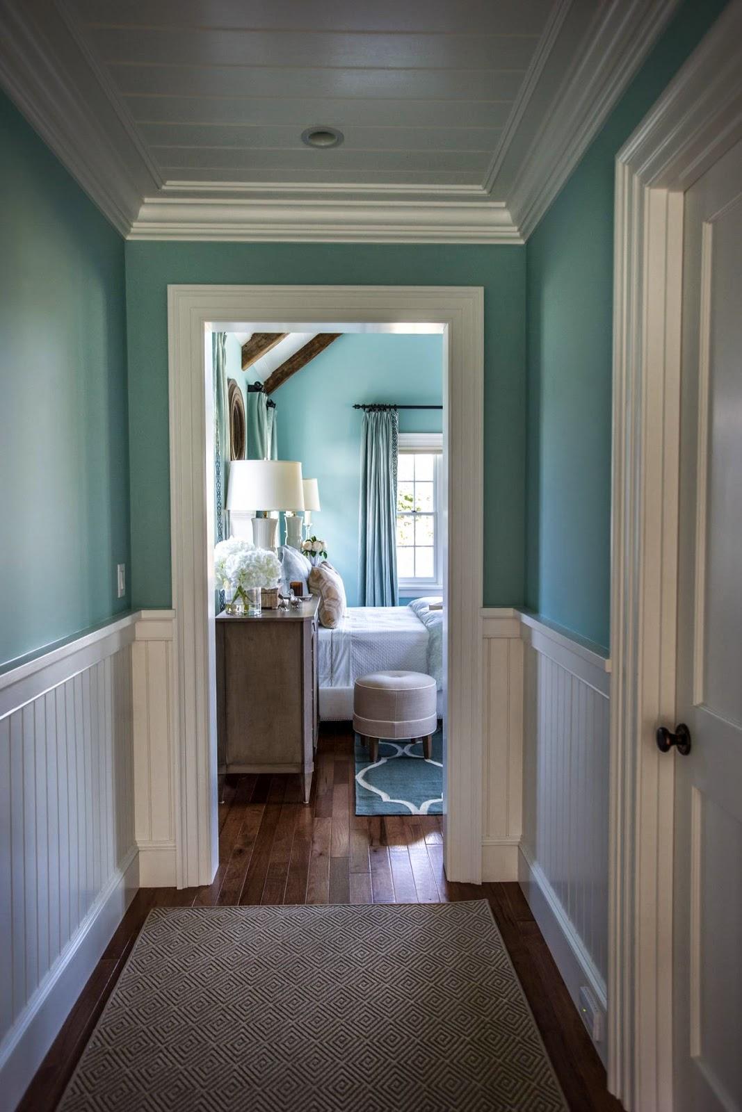 Este é o corredor para o quarto master. Com os detalhes brancos e o  #4E747D 1067x1600 Banheiro Com Banheira Metragem