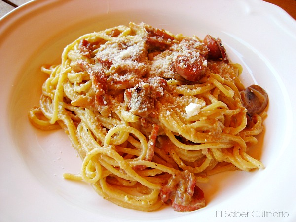 Espaguetis carbonara con huevos y nata a mi manera