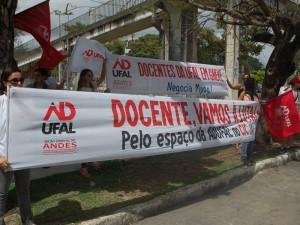Após 100 dias em greve, servidores da Ufal tentam audiência no MEC