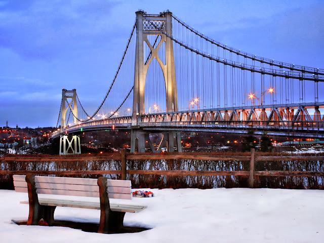 скамейка с видом на красивый мост
