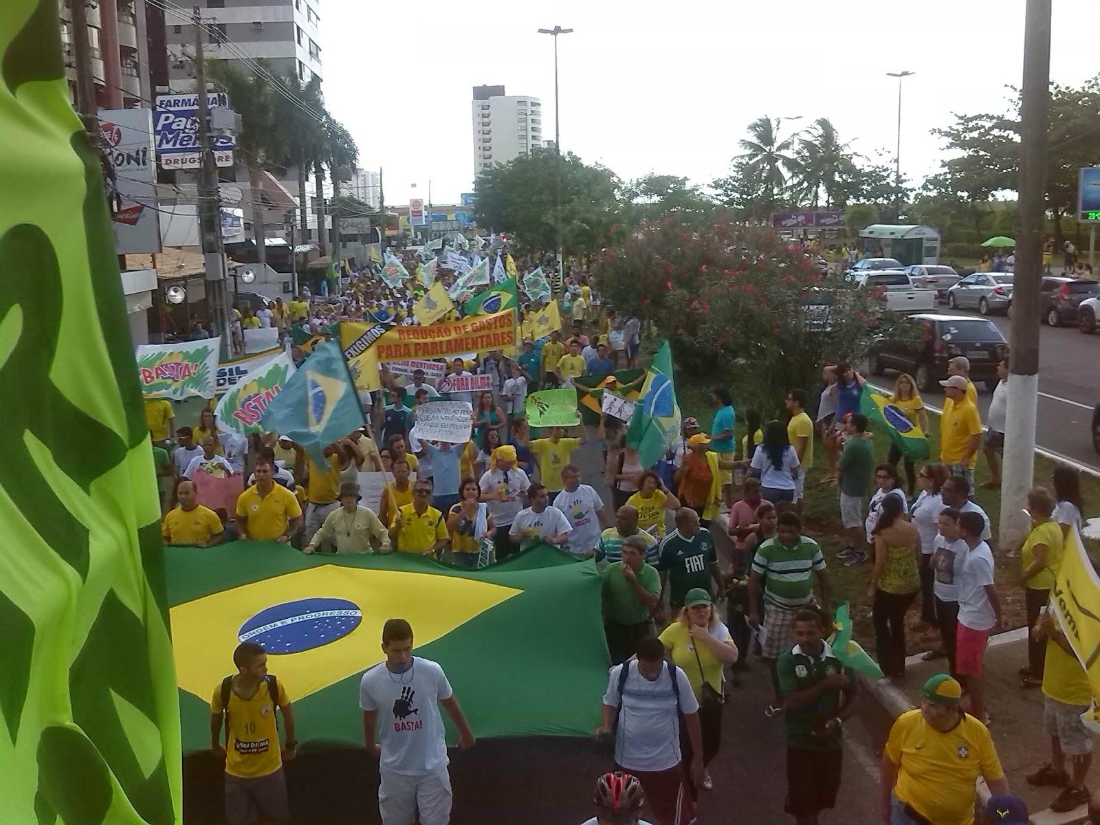 Manifestantes protestam contra a corrupção e o governo Dilma em Aracaju