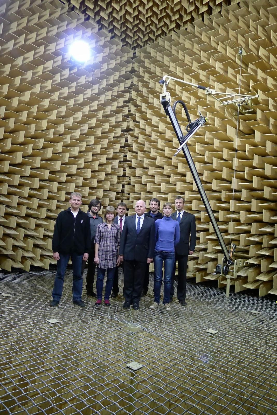 Zespół Laboratorium Akustyki Technicznej w komorze bezechowej