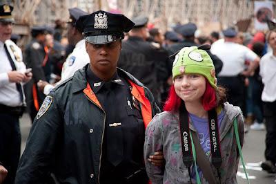 NYPDに逮捕される少女