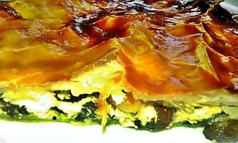 Corte empanada de espinacas, ricotta y nueces